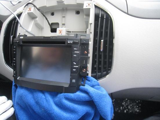 总结:记者看着智成的售后人员给宝骏630 安装智成导航.